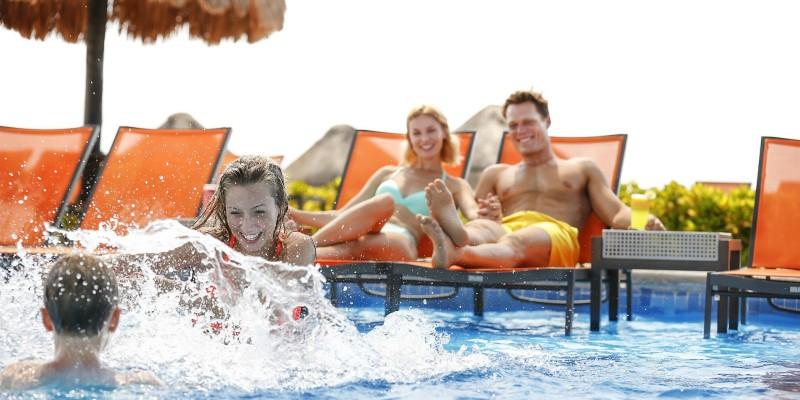pool_family2800x400